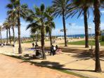 Vista del paseo maritimo de la playa que esta a 700 metros del resort