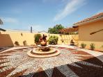 Innenhof mit Brunnen / Courtyard with fountain
