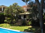 La piscina en verano luce genial a la sombra del pino piñonero traido de Puerto Real hace 40 años.