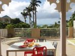 Une partie de la terrasse de 120 m² et la vue!