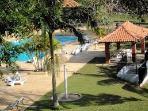 Área das piscinas do condomínio