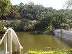 Lago com trampolim e escorregador do condomínio