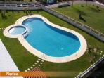 El apartamento tiene piscina (con zona infantil), jardín, parking y pista de tenis