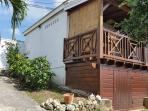 Grand bungalow pouvant accueillir 4 personnes mis à disposition aux vacanciers de + de 8 personnes