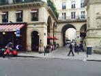 Rue Saint Dominique, à 50 mètres, nombreux restaurants, super marchés, pâtisseries , crêperies ..