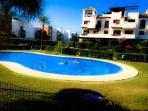 Una de las piscinas de la urbanización