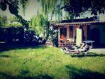 Il giardino riservato agli ospiti con lettini, amache e un'area giochi dedicata ai bambini.