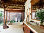 Villa Maridadi - Master Suite bathroom