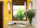 Villa Maridadi - Guest suite bathroom features