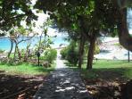 Le chemin vers la piscine et la plage