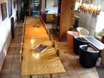 Villa Jonquille - salle à manger, salon et cuisine entièrement équipée.