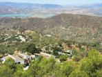 Overzichtsfoto van Casa Lobera bungalows met op de achtergrond het meer van Viñuela