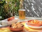 Tapas eten in de vele cafeetjes in het dorp - loopafstand Casa Sonrisa