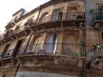 Facciata dell'antico palazzo dove si trova l'appartamento