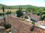 Le bourg de Savanac depuis la rivière Lot. La maison se situe juste derrière cette splendide Borie.