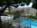 Gran terraza con árboles y acceso a la piscina. Vistas al mar.