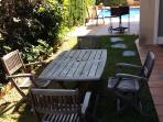 jardin barbacoa y piscina