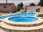 Entrée de la maison est en face de la piscine privee à partager avec un studio 2pers grande piscine