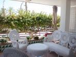 Amplia terraza, fresca en verano y soleada y cálida en los días de invierno