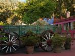 Esta hermosa carreta antigua, nos acompaña en la terraza mayor