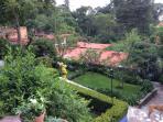 Otra vista a nuestro jardín del frente de la casa principal