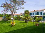 Grand jardin avec espace de jeux pour enfants (balançoire, toboggan, etc)