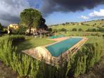 la piscina con vista sulla dolce collina