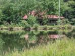 BEAR LAKE LODGE- 3BR/2.5 BA- CABIN SLEEPS 10, CREEK AND LAKE FRONTAGE