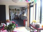 La pièce de vie donne sur la cuisine équipée d'un lave-vaisselle et d'un piano de cuisine...