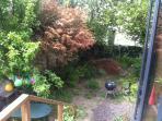 la partie du jardin en cours d'aménagement avec le BBQ qui vous attend!