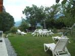 chaises longues,table chaises et parasol,barbecue,hamac à votre disposition dans le jardinet