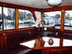 Un yacht de caractère au calme d'un port d'escale dans un grand parc.