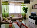 Salon comedor con aire acondicionado,TV,muy iluminado y comodidad.