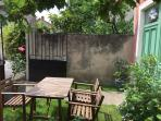 Jardin avec tables et chaises en accès libre (prêt d'un barbecue)