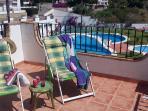 terraza del dormitorio orientada a sol de la mañana al fondo la piscina