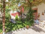 giardino magnolia e calicanto, relax si puo prendere il sole sulle sdraio