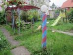 Le jardin avec tonnelle et mobilier à disposition