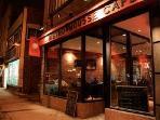 Mousse café.  Café branché offrant cafés, repas légers, concerts occasionnels