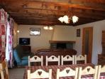 Grand salon avec cheminée. Le bois est fourni.