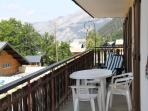 Grand balcon avec vue sur le village de Châtel et les montagnes