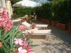 Grande terrazza solarium con gazebo e barbecue