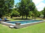 le long bassin de nage 13m x 4m à votre disposition et la roulotte à l'ombre des chênes.