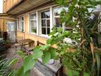 Balkon mit Sitzgplätzen, Tischchen und Pflanzen während den Sommermonaten