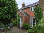 ORCHARD COTTAGE, 17th century, open fire, enclosed garden, in Hook Norton, Ref 22289