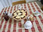 Colazione Caporlando: crostata alle mele Cotogne, biscotti, barattolo di marmellata mele cotogne.