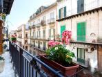 Il balcone di Casakameusa impreziosito da bellissimi gerani rosa.
