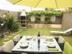 Jardín con barbacoa y todos los servicios con acceso directo desde el Txoco.