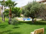 foto de piscina y jardines del complejo