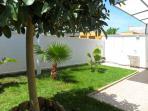 Il giardino retrostante la villetta con lavatoio, lavatrice e comoda doccia esterna