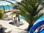 Espace piscine chauffée avec toboggan